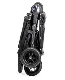 Baby Jogger City Mini GT kan også foldes sammen ved træk i et håndtag, og låses derefter for nem transport.